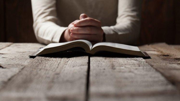 Praying_Hands_bible_table_actge7